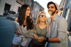 Grupp av att le att resa f?r v?nner Kamratskap, lopp, semester, sommar och folkbegrepp arkivbilder