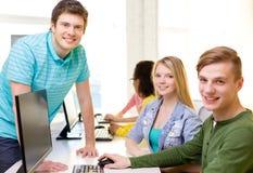 Grupp av att le studenter i datorgrupp Arkivfoto
