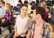 Grupp av att le studenter i hörsal Arkivbild