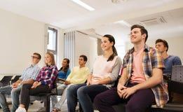 Grupp av att le studenter i hörsal Royaltyfria Foton