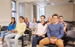 Grupp av att le studenter med minnestavlaPC Arkivbild