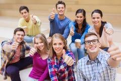 Grupp av att le studenter med pappers- kaffekoppar Royaltyfria Foton