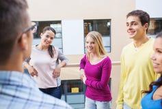 Grupp av att le studenter utomhus Royaltyfri Foto