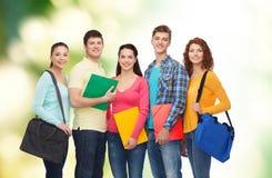 Grupp av att le tonåringar över grön bakgrund Fotografering för Bildbyråer