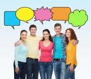 Grupp av att le tonåringar med textbubblor Arkivfoto