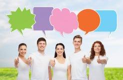 Grupp av att le tonåringar med textbubblor Fotografering för Bildbyråer