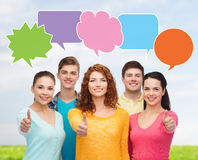 Grupp av att le tonåringar med textbubblor Royaltyfria Foton