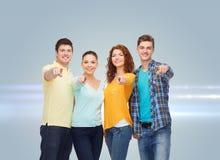 Grupp av att le tonåringar som pekar fingrar på dig Fotografering för Bildbyråer
