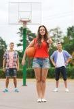 Grupp av att le tonåringar som spelar basket Royaltyfria Foton