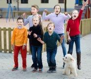 Grupp av att le uppspelt banhoppning för ungar Royaltyfri Foto