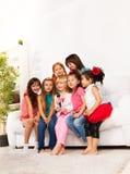 Grupp av att sjunga ungar Arkivfoton