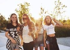 Grupp av att skratta för flickor arkivbild