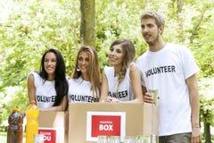 Grupp av att ställa upp som frivillig för tonåringar Royaltyfria Bilder
