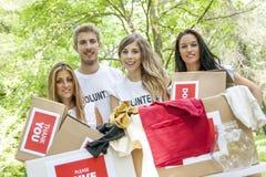Grupp av att ställa upp som frivillig för tonåringar Royaltyfria Foton