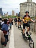 Grupp av att stå ellipsformiga cyklister som rider på en fullsatt Brooklyn bro Maj 2018 arkivfoto