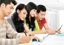 Grupp av att studera för deltagare arkivfoton