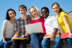 Grupp av att studera för universitetsstudenter arkivfoton