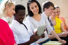 Grupp av att studera för universitetsstudenter arkivfoto