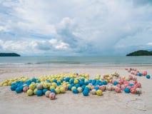 Grupp av att sväva bojet på en strand Sväva bojbollen för säkerhet Arkivbild