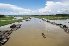 Grupp av att sväva huset på den LaNga floden Royaltyfria Foton
