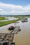 Grupp av att sväva huset på den LaNga floden Royaltyfria Bilder