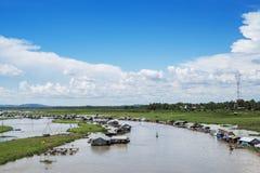 Grupp av att sväva huset på den LaNga floden Arkivbilder