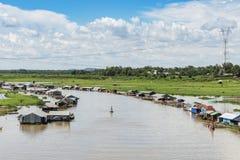 Grupp av att sväva huset på den LaNga floden Royaltyfri Fotografi