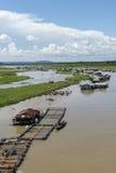 Grupp av att sväva huset på den LaNga floden Royaltyfri Bild