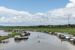 Grupp av att sväva huset på den LaNga floden Arkivfoto