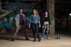 Grupp av att utföra för tre dansare Fotografering för Bildbyråer