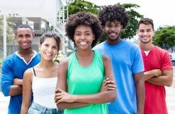 Grupp av avkopplade blandade unga vuxna människor i stad Arkivfoto