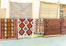 Grupp av Azeri forntida mattor för dyrbar forntida kulör ull som göras av handen i forntida stad på mattlagret Royaltyfri Foto