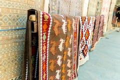 Grupp av Azeri forntida mattor för dyrbar forntida kulör ull som göras av handen i forntida stad på mattlagret Royaltyfri Bild