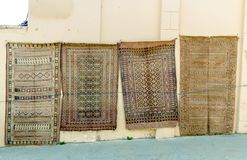 Grupp av Azeri forntida mattor för dyrbar forntida kulör ull som göras av handen i forntida stad på mattlagret Royaltyfri Fotografi