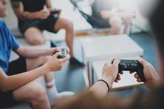 Grupp av bästa vän som sitter på en soffa i vardagsrum och spelar videospel Begrepp för avslappnande tid för familj hemmastatt Royaltyfri Fotografi
