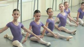 Grupp av balettflickor som gör splittring på dansstudion arkivfilmer