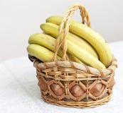 Grupp av bananer i korg Royaltyfri Foto