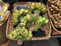 Grupp av bananer i supermarket Arkivfoton