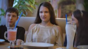 Grupp av barn i kafédrinkmilkshake tonåringar lurar inomhus barn i rolig glädje för kaféultrarapidvideo inomhus arkivfilmer