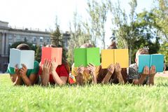 Grupp av barn med böcker utomhus royaltyfri bild
