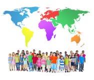 Grupp av barn med en världskarta Arkivfoto