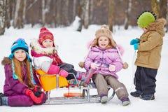 Grupp av barn med pulkan Fotografering för Bildbyråer