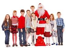 Grupp av barn med Santa Claus. arkivbilder