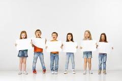 Grupp av barn med vita baner som isoleras i vit royaltyfria foton