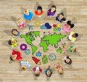 Grupp av barn och världskartan Arkivbild