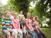Grupp av barn på en parkerabänk Royaltyfri Fotografi