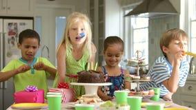 Grupp av barn som firar födelsedag med kakan och gåvor lager videofilmer