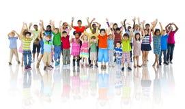 Grupp av barn som firar gladlynt begrepp för kamratskap Arkivfoto