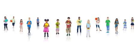 Grupp av barn som går till skolan Arkivbilder