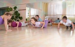 Grupp av barn som kopplas in i gymnastik. arkivbilder